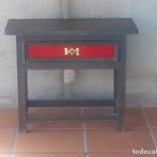 Antigüedades: MESITA DE NOCHE CON DECORACION ROJA DE TERCIOPELO. Lote 105257887