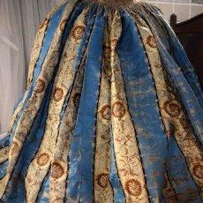Antigüedades: ESPECTACULAR FALDA DAMASCO DE SEDA DE TELAR ANTIGUO ESTRECHO IMPRESIONANTE COLOR CON RETAL. Lote 105316751