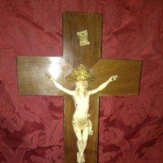 Antigüedades: ANTIGUA CRUZ DE MADERA CON CRISTO DE BAQUELITA SÍMIL MARFIL.. Lote 105389919
