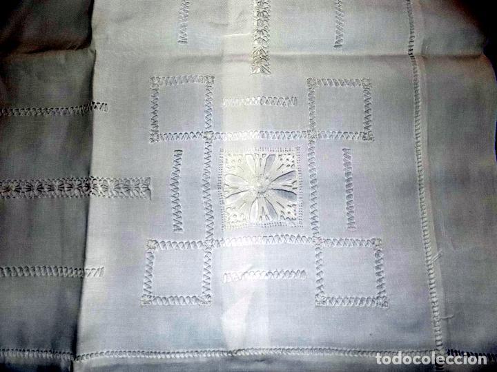 BONITO MANTEL DE TE. BORDADO Y ENCAJE. DAMASCADO. MEDIDAS: 80 X 76 CM BUEN ESTADO (Antigüedades - Hogar y Decoración - Manteles Antiguos)