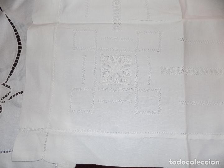 Antigüedades: BONITO MANTEL DE TE. BORDADO Y ENCAJE. DAMASCADO. MEDIDAS: 80 X 76 CM BUEN ESTADO - Foto 2 - 105424755