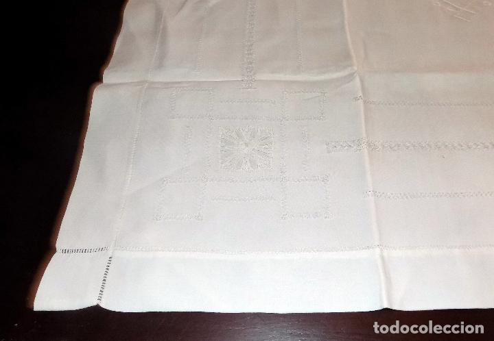 Antigüedades: BONITO MANTEL DE TE. BORDADO Y ENCAJE. DAMASCADO. MEDIDAS: 80 X 76 CM BUEN ESTADO - Foto 4 - 105424755