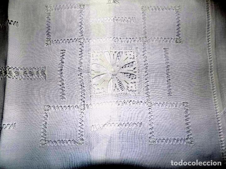 Antigüedades: BONITO MANTEL DE TE. BORDADO Y ENCAJE. DAMASCADO. MEDIDAS: 80 X 76 CM BUEN ESTADO - Foto 5 - 105424755