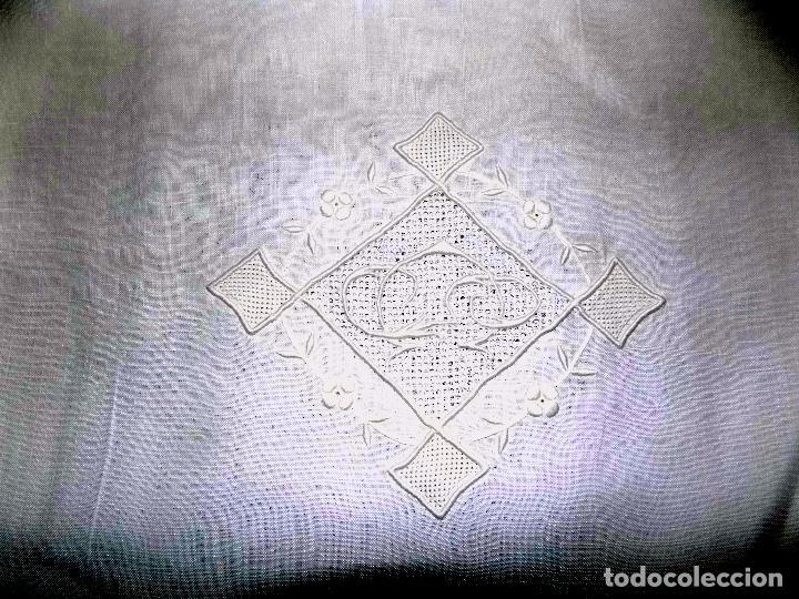 Antigüedades: BONITO MANTEL DE TE. BORDADO Y ENCAJE. DAMASCADO. MEDIDAS: 80 X 76 CM BUEN ESTADO - Foto 6 - 105424755