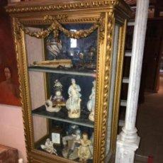Antigüedades: VITRINA DORADA CERCA DE 1900. Lote 105436191