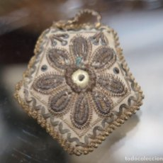 Antigüedades: ANTIGUO BORDADO EN HILO ORO Y PLATA. SIGLO XIX. Lote 105448903