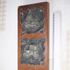 Antigüedades: CUADRO ARTESANO 3 COCHES ANTIGUOS EN METAL *** TECNICA REPUJADA *** SOBRE TABLA *** 11X35 CMS. Lote 105454623