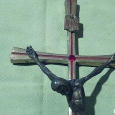 Antigüedades: SANTO CRISTO CRUCIFICADO EN METAL Y BRONCE CON PIEDRA SEMIPRECIOSA. Lote 105507682