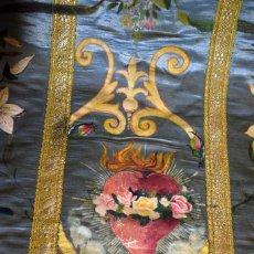 Antigüedades: ESPCTACULAR CASULLA ANTIGUA CON DELICADAS PINTURAS SOBRE SEDA Y PAÑO CÁLIZ A JUEGO. Lote 105540219