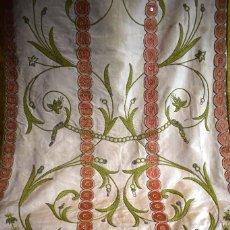 Antigüedades: BELLA Y ORIGINAL CASULLA ANTIQUÍSIMA DE INSPIRACIÓN NATURISTA CON DECORACIÓN TIPO PATCHWORK. Lote 105546187