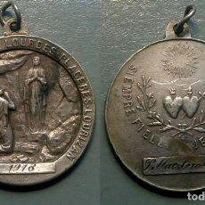 Antigüedades: MEDALLA RELIGIOSA ANTIGUA NUESTRA SEÑORA DE LOURDES/ 26 X 29 MM. Lote 105556763