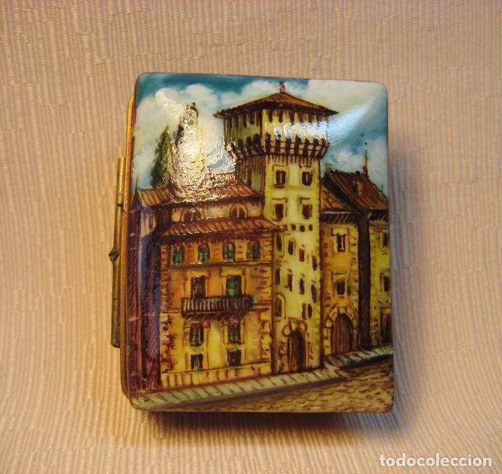 CAJA DE PORCELANA DE LIMOGES PINTADA A MANO. LIBRO PEQUEÑO. APUNTES DE VITORIA (Antigüedades - Porcelana y Cerámica - Francesa - Limoges)