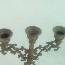 Antigüedades: 1 CANDELABRO PORTA VELAS EN BRONCE ARTESANAL MUY TRABAJADO. Lote 105594663