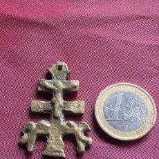 Antigüedades: ANTIQUÍSIMA CRUZ DE CARAVACA EN BRONCE. Lote 105646291