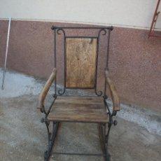 Antigüedades: SILLON EN FORJA Y MADERA LABRADA. Lote 105690759