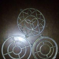 Antigüedades: TRES SALVAMANTELES DE METAL. Lote 105728830