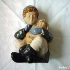 Antigüedades: GRAN FIGURA DE PORCELANA. NIÑO CON PERRO. 25 CM.. Lote 105729495