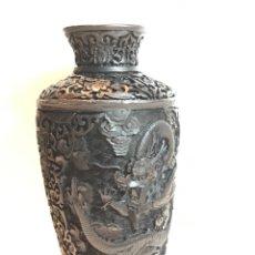 Antigüedades: JARRÓN CHINO NEGRO DE LACA CON MOTIVO DE DRAGON. Lote 105735336