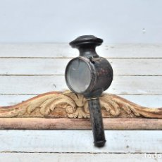Antigüedades: FAROL DE METAL Y CRISTAL DE CARRO - LINTERNA DE CARRUAJE COLOR NEGRO CON MANGO. Lote 105760131