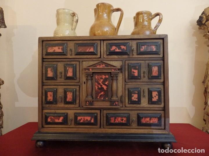 BARGUEÑO ESPAÑOL EN MADERA CON DECORACIÓN DE PLACAS DE CAREY. (Antigüedades - Muebles Antiguos - Bargueños Antiguos)