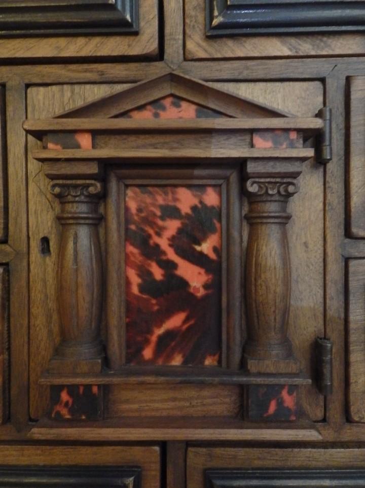 Antigüedades: Bargueño español en madera con decoración de placas de carey. - Foto 3 - 105763167