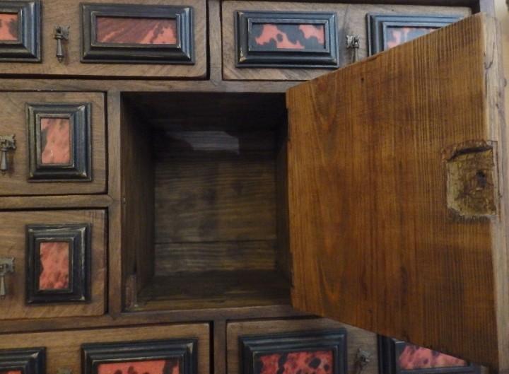 Antigüedades: Bargueño español en madera con decoración de placas de carey. - Foto 4 - 105763167