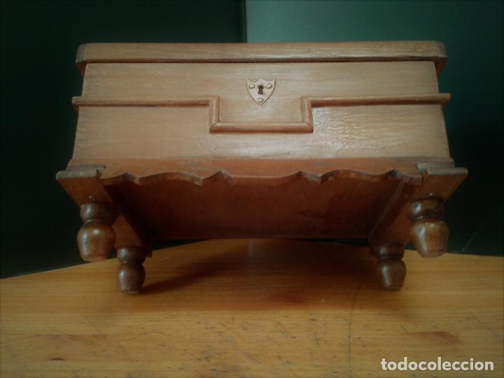 Antigüedades: Baúl miniatura de madera. patas torneadas. - Foto 2 - 105770695