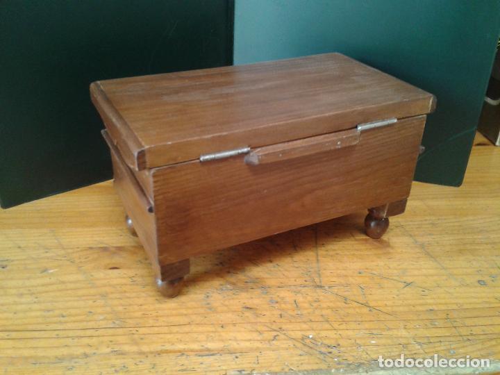 Antigüedades: Baúl miniatura de madera. patas torneadas. - Foto 3 - 105770695