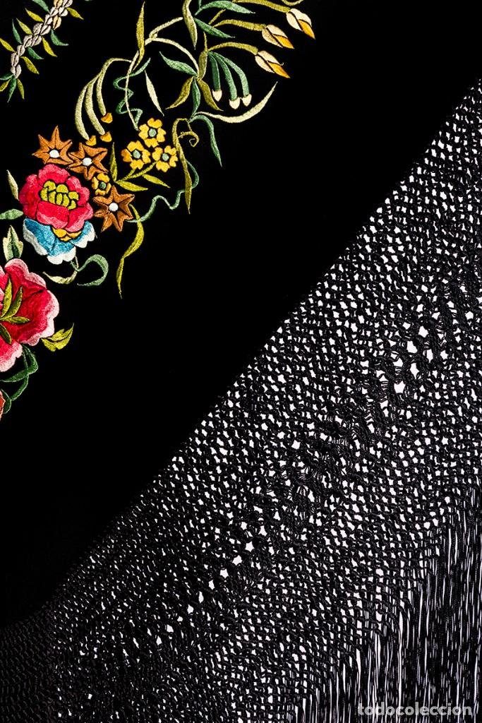 Antigüedades: Mantón de Manila antiguo de seda natural bordado con fleco anudado a mano (M.ANT-61) - Foto 3 - 105780695