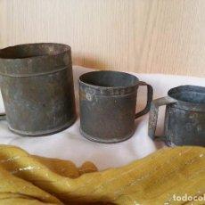 Antigüedades: JARRAS DE MEDIDAS ANTIGUAS. 3 JARRAS EN CINC. MARCAS GRABADAS. RÚSTICA COLECCIÓN.. Lote 105848395