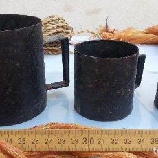 Antigüedades: JARRAS DE MEDIDAS ANTIGUAS. 3 JARRAS EN CINC. RÚSTICA COLECCIÓN.. Lote 105849035