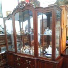 Antigüedades: ANTIGUA VITRINA GRANDE DE MADERA TALLADA,ENVÍO 180E. Lote 105874699