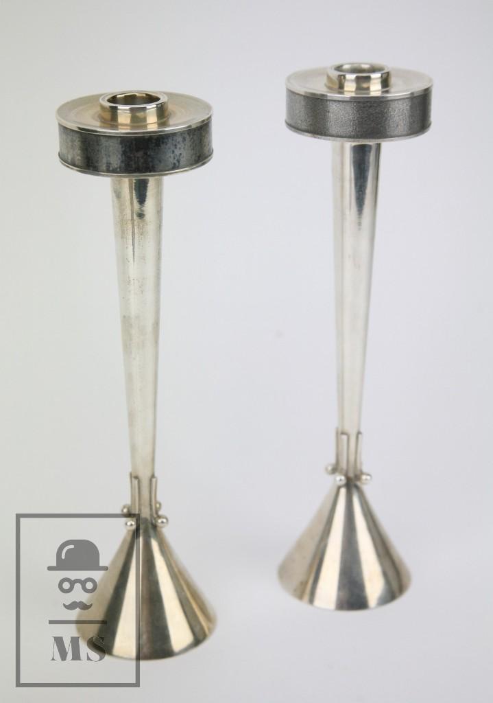 PAREJA DE CANDELABROS ART DÉCO DE PLATA - MARCAS DE CONTRASTE - MEDIDAS 6,5 X 6,5 X 26 CM (Antigüedades - Iluminación - Candelabros Antiguos)