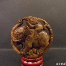 Antigüedades: DISCO BUDISTA MONO SOBRE ELEFANTE EN JADE AMARILLO. CHINA. SIGLO XX. Lote 105970667