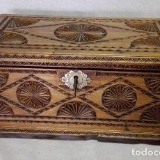 Antigüedades: FABULOSO ARCÓN - BAUL - ARQUILLA - CAJA JOYERO DE MADERA DE PINO TALLADA CON SU LLAVE. Lote 105971195