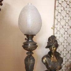 Antigüedades: ANTIGUO QUINQUÉ DE METAL DECORADO Y TULIPA LABRADA. Lote 105974951
