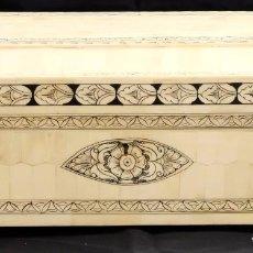 Antigüedades: BONITA CAJA EN MADERA REVESTIDA EN PLACAS DE HUESO Y DECORACIONES PINTADAS A MANO. CIRCA 1900. Lote 105975335