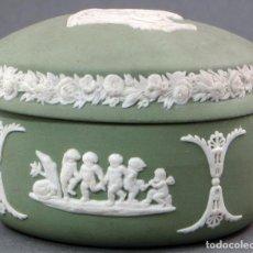 Antigüedades: CAJA JOYERO PORCELANA JASPE VERDE WEDGWOOD DECORACIÓN EN RELIEVE SIGLO XX. Lote 105985683