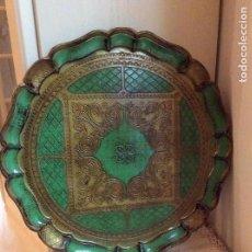 Antigüedades: BANDEJA DE LA MARCA FLORENTINA LEGNOLITA, DE MADERA TALLADA Y POLICROMAD.. 35 CM DIÁMETRO. Lote 105988431