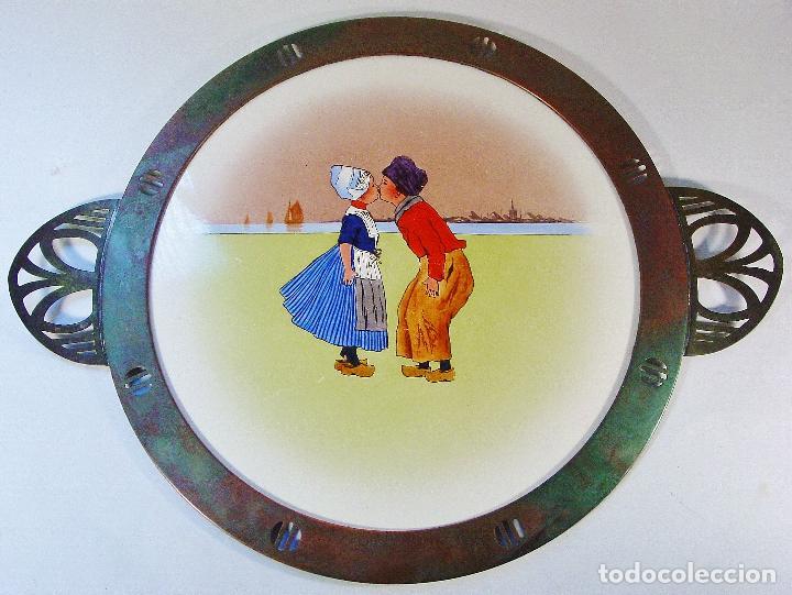 BANDEJA EN LOZA DECORADA Y COBRE. NIÑOS BESÁNDOSE. ART DECÓ. HACIA 1925. MARCAS EN EL DORSO. (Antigüedades - Porcelana y Cerámica - Holandesa - Delft)