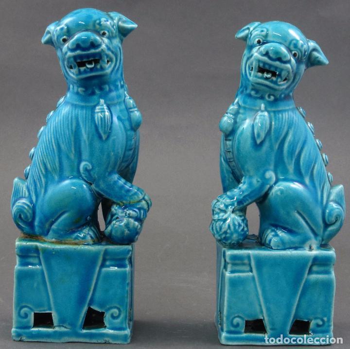 PAREJA FURIAS FOO CERÁMICA ESMALTADA AZUL CHINA S XX (Antigüedades - Porcelanas y Cerámicas - China)