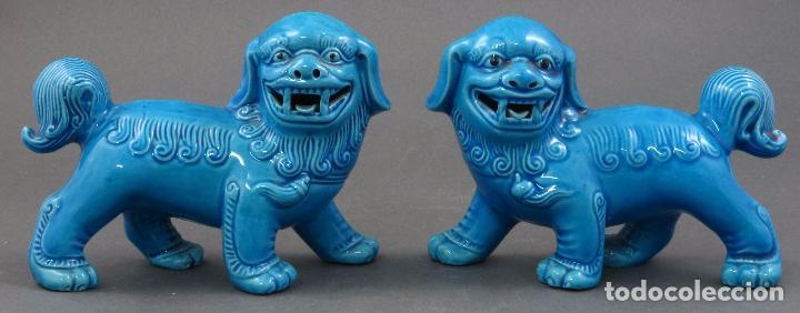 PAREJA FURIAS FOO EN PIE CERÁMICA ESMALTADA AZUL CHINA S XX (Antigüedades - Porcelanas y Cerámicas - China)
