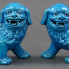 Antigüedades: PAREJA FURIAS FOO EN PIE CERÁMICA ESMALTADA AZUL CHINA S XX. Lote 105995055