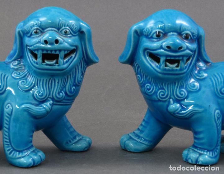 Antigüedades: Pareja Furias Foo en pie cerámica esmaltada azul China S XX - Foto 2 - 105995055
