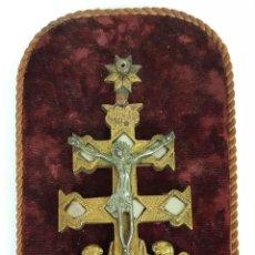 Antigüedades: CRUZ DE CARAVACA DE BRONCE. CRISTO DE METAL. SIGLO XX.. Lote 110176255
