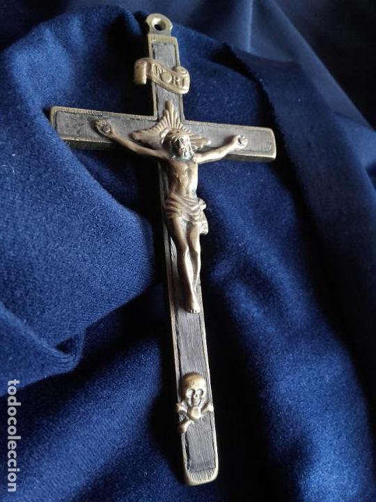 CRUZ RELIGIOSA BRONCE Y MADERA (Antigüedades - Religiosas - Cruces Antiguas)