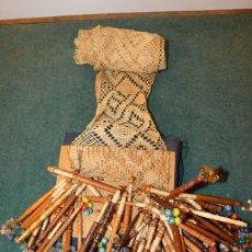 Antigüedades: ANTIGUO JUEGO DE UNOS 60 BOLILLOS DE ENCAJE Y MÁS DE 3 METROS DE ENCAJE. Lote 106081919