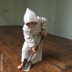 Antigüedades: FRAILE O MONJE DE ALGORA CON UNA PALA, CON UN DEFECTO EN LA PUNTA DE LA PALA. Lote 106085247