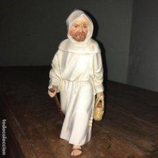 Antigüedades: FRAILE O MONJE DE ALGORA CON UN CESTA DE MIMBRE. Lote 106085679