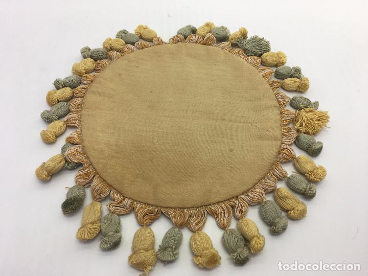 Antigüedades: 3 TAPETES REDONDOS - PEQUEÑOS . TELA TIPO PANA ATERCIOPELADA + PASAMANERÍA CON FLECOS - Foto 5 - 106096155
